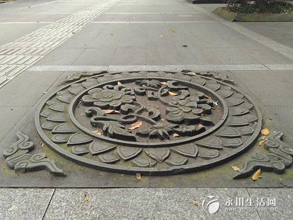 """这些""""井盖""""形态各异,上面雕刻着各种花纹图案,有动物,花草,还有神话"""